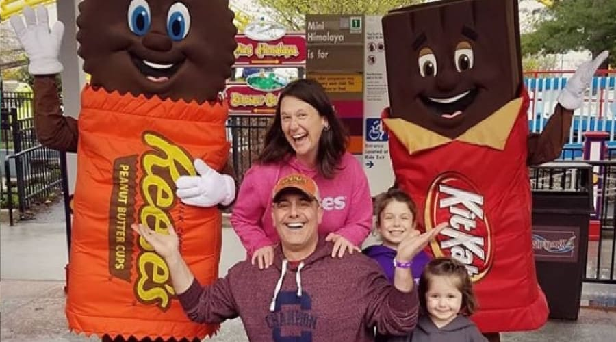 Kit Kat Character at Hersheypark posing for photo with family
